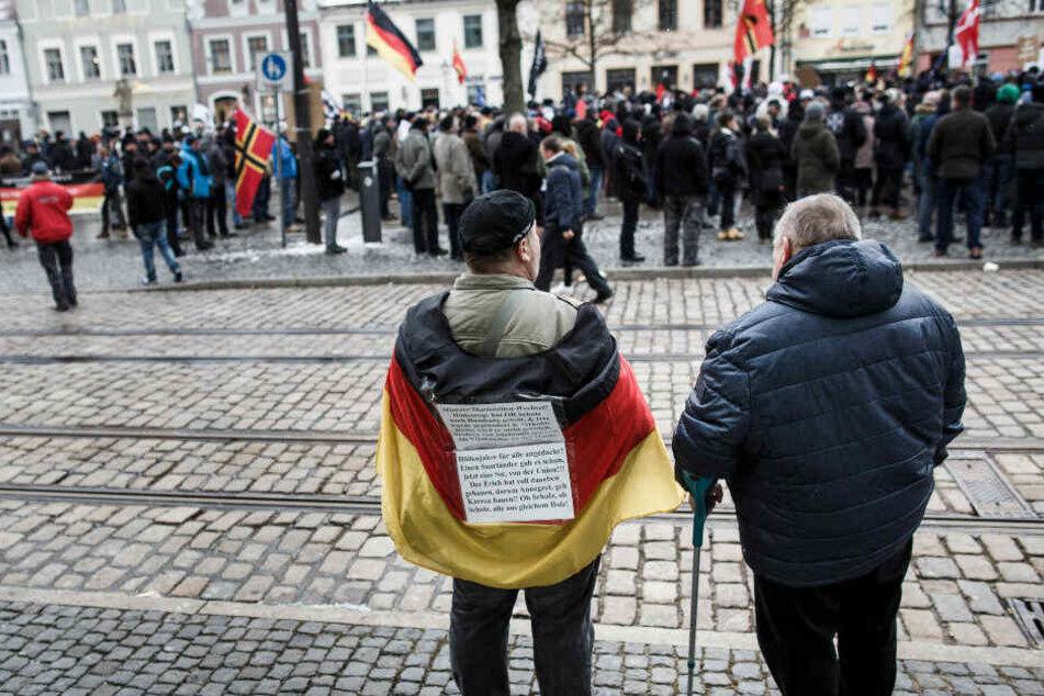"""Teilnehmer der Demo """"Zukunft Heimat"""" in Cottbus."""