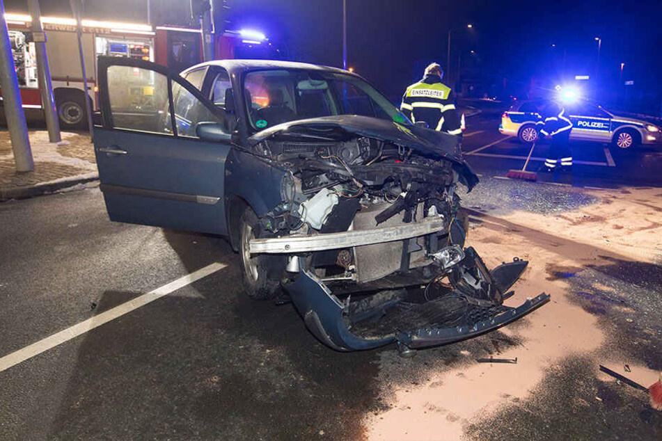 Renault krachen auf Kreuzung zusammen: Zwei Verletzte