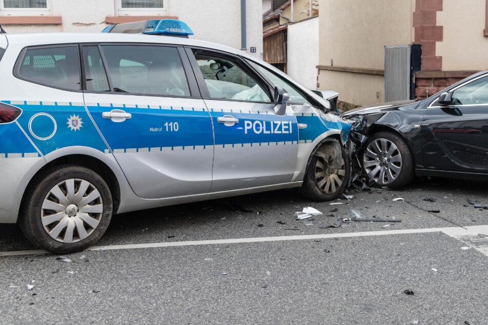 Auto kracht in Einsatzwagen: vier Erwachsene und 8-jähriges Kind verletzt