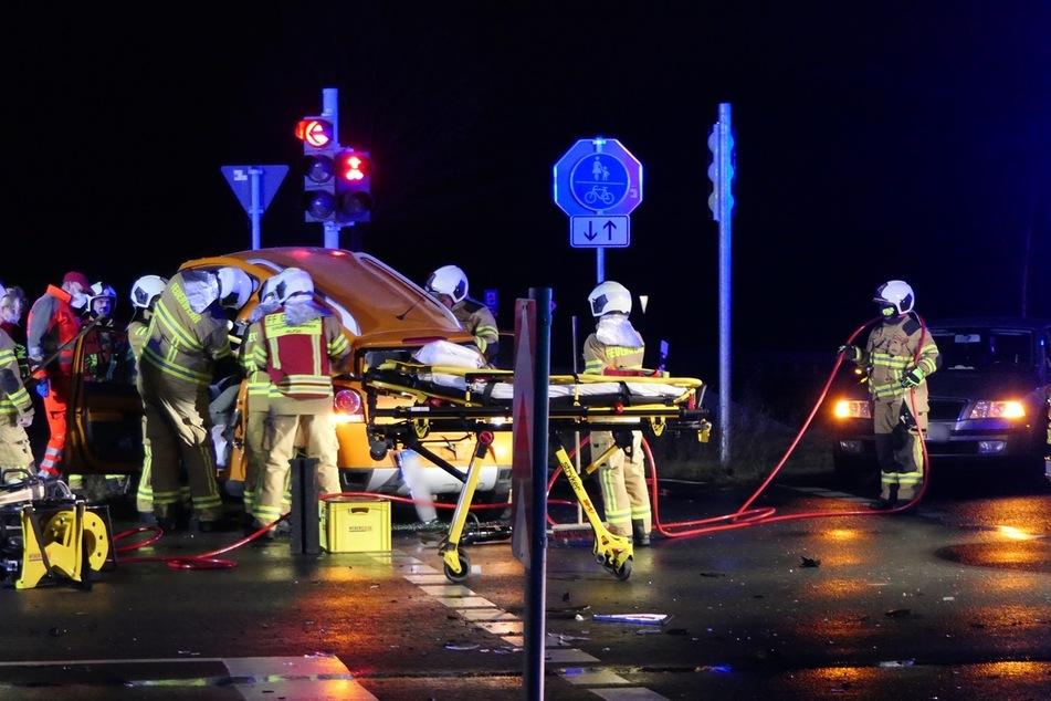 Vier Verletzte nach Unfall: Feuerwehr befreit Frau aus Auto