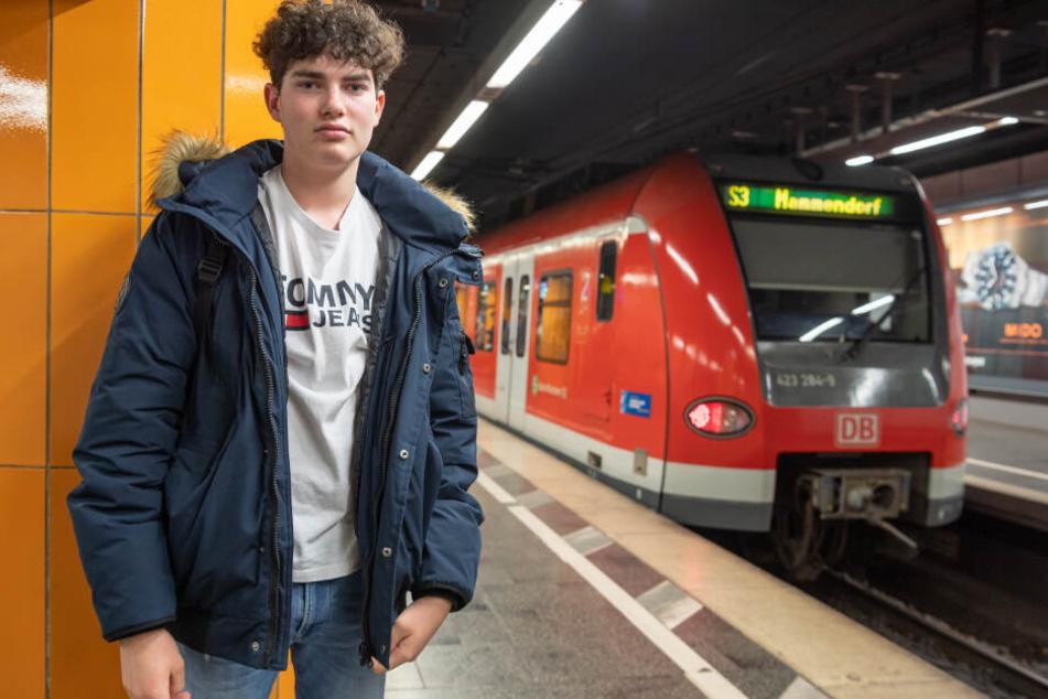 Der 16-jährige Kevin steht auf dem S-Bahnhof am Marienplatz am Bahnsteig an der Stelle, an dem er einem Menschen das Leben gerettet hat.
