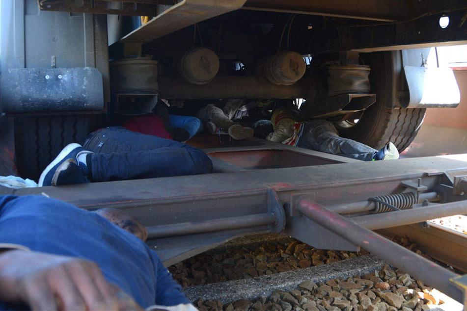 Wieder versteckten sich Migranten unter Lkw-Aufliegern.