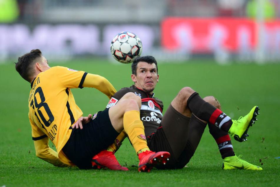 Dynamos Jannik Müller im Bodenkampf mit St. Paulis Waldemar Sobota.