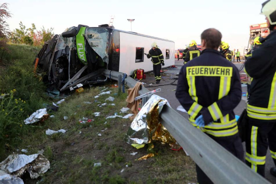 63 Fahrgäste wurden verletzt, eine Frau starb durch den Unfall auf der A9.