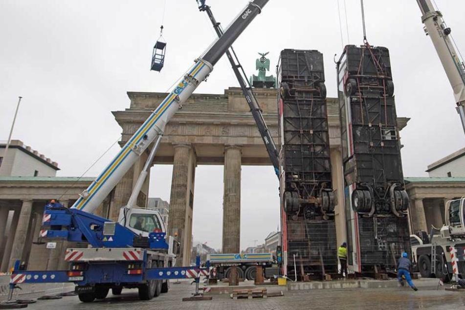 Das Bus Monument wurde am Freitag vor dem Brandenburger Tor aufgerichtet.