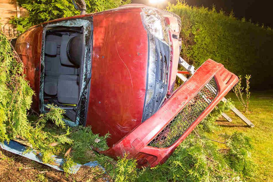 Dacia fliegt aus Kurve und landet im Vorgarten: Fahrer verletzt