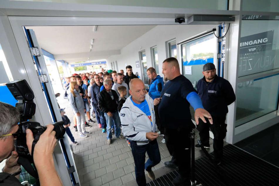 Das war's - am Freitag sind die letzten 500 Stehplatz-Tickets für den DFB über die Theke gegangen...