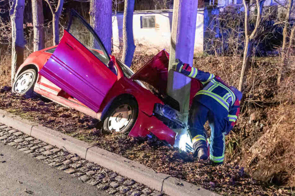 Auto kracht gegen Mast: Mehrere Verletzte