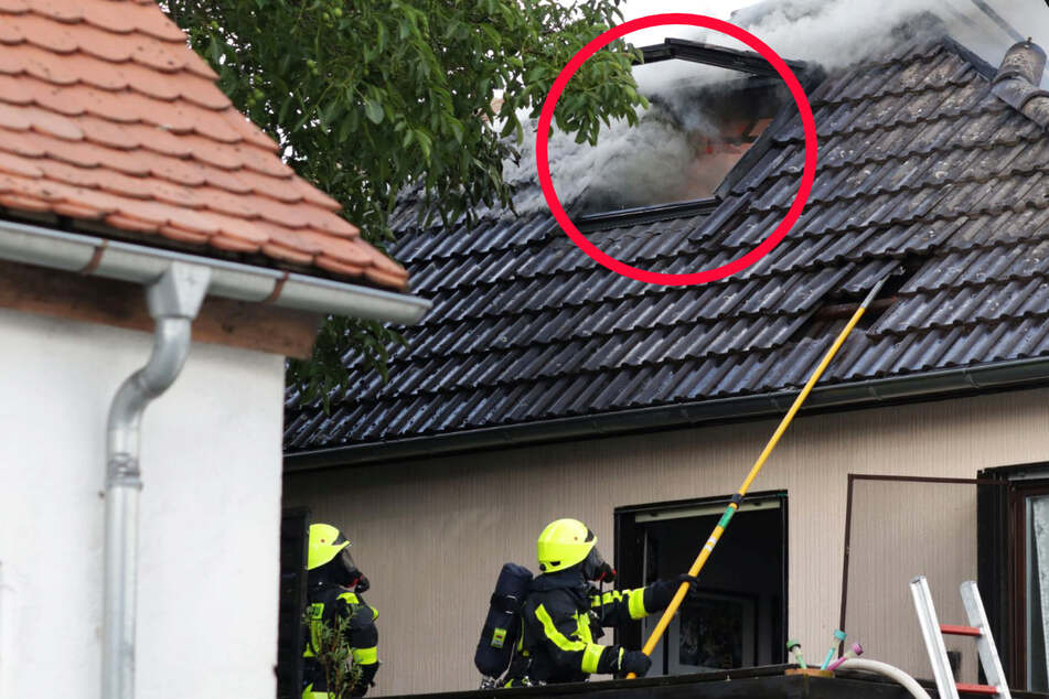 Der Dachstuhl eines Wohnhauses stand in Vollbrand, die Feuerwehr hatte bei den Löscharbeiten Schwierigkeiten aufgrund der dichten Bebauung.
