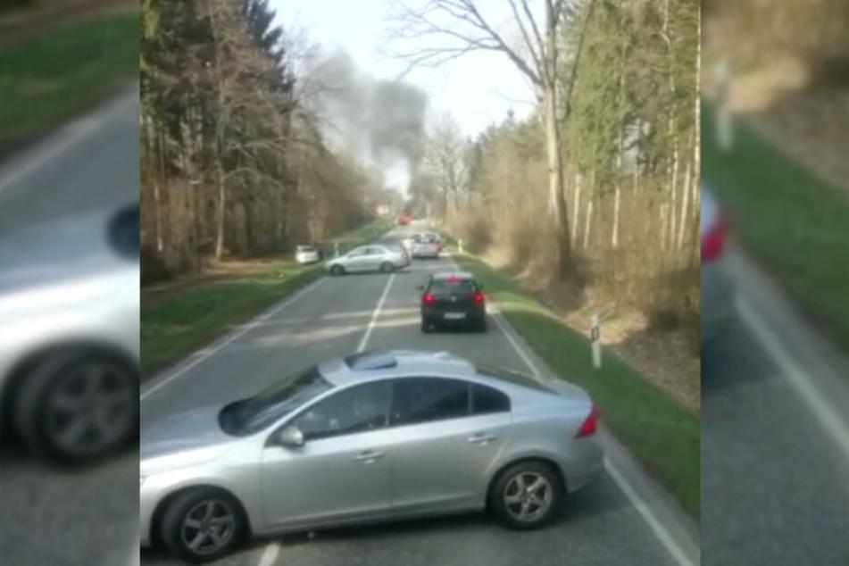 Autos wenden auf der Straße und entfernen sich vom Unfallort.