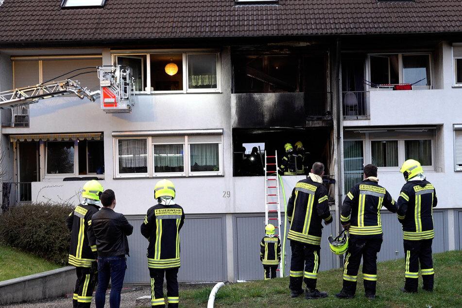 Mann springt bei Wohnungsbrand vom Balkon und verletzt sich schwer