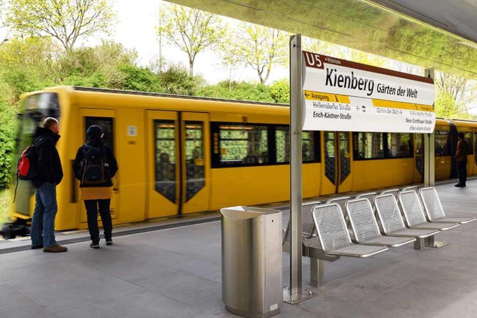 Zwei Tage vor der Eröffnung der IGA wurde auch die Ausstellungseigene U-Bahnstation in Betrieb genommen.