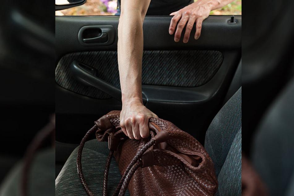 Die Täter klauten, was die Fahrzeugnutzer im Auto zurückgelassen hatten.