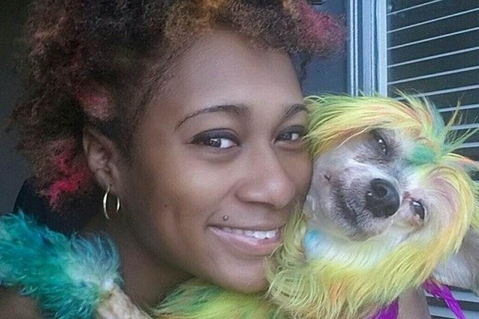 Anaïs Hayden (31) mit einem bunt eingefärbten Hund.