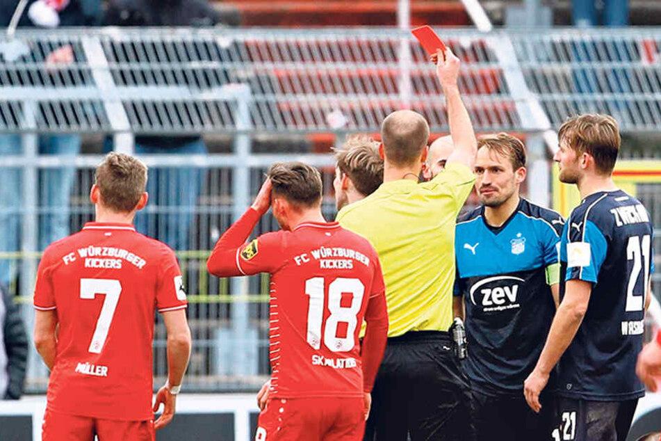 Zweites Foul, zweite Verwarnung: Schiedsrichter Franz Bokop zeigt Toni Wachsmuth die Gelb-Rote Karte.