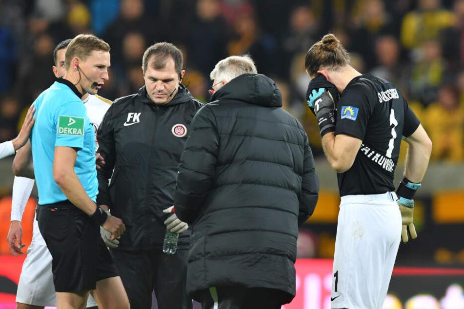 Lukas Watkowiak hielt sich nach dem Vorfall das Ohr, konnte aber z um Glück weiter spielen.
