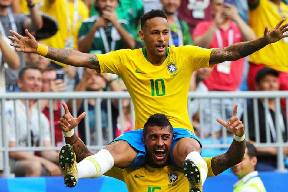 Auf Schultern getragen: Paulinho (unten) feiert seinen Teamkollegen und Torschützen Neymar (oben).