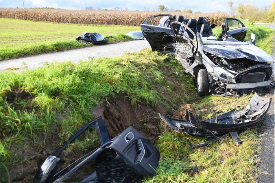 Mercedes kracht in Gegenverkehr: Viel bleibt vom Wagen nicht mehr übrig