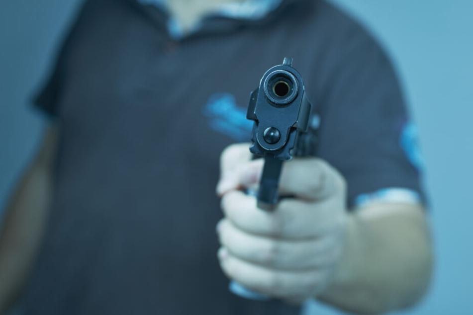 Gleich mehrere Passanten meldeten der Polizei, auf offener Straße mit einer Schusswaffe bedroht worden zu sein (Symbolbild).
