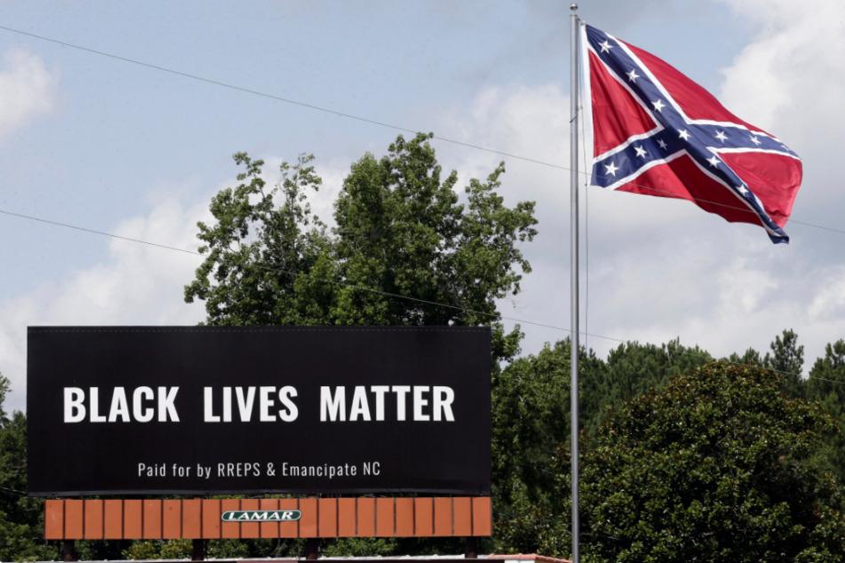 Pittsboro, North Carolina: Ein Black Lives Matter-Plakat ist neben einer Konföderiertenflagge zu sehen.