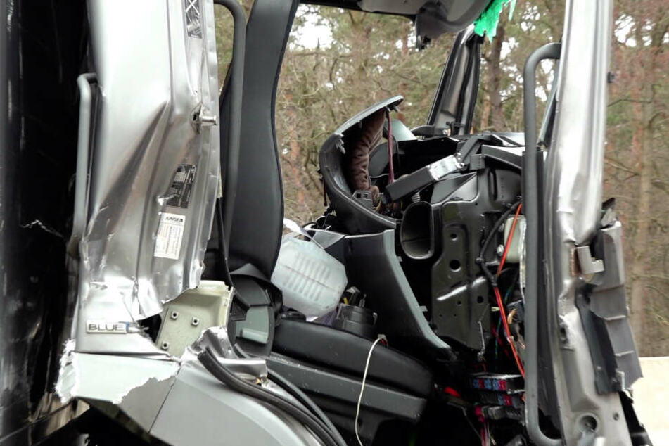 Auffahrunfall mit zwei Lastern: Mann in Fahrerkabine eingeklemmt