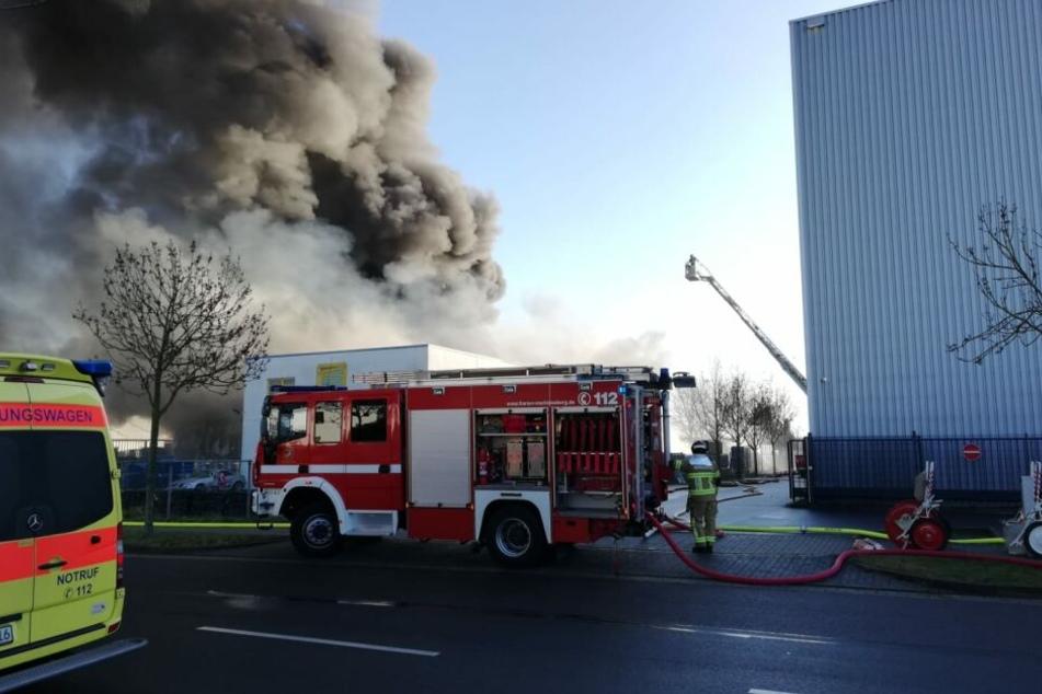 In einem Gewerbegebiet in Zwenkau bei Leipzig hat sich ein Großbrand entwickelt.