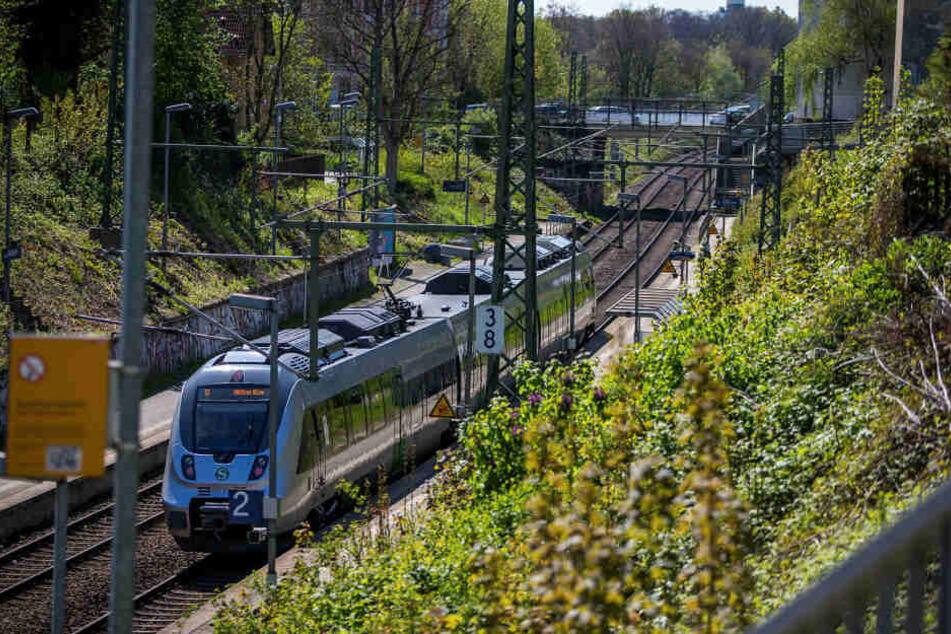 Auf der S-Bahnbrücke der Haltestelle Möckern wurde am Freitagmittag ein 36-Jähriger überfallen.