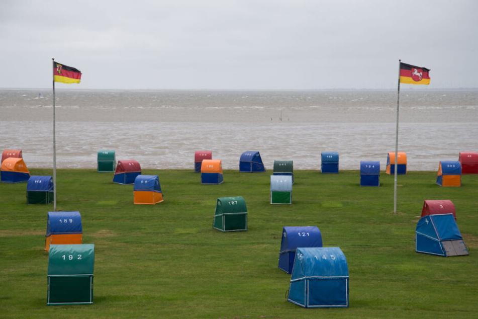 Die Idylle trügt: Am Strand von Otterndorf stehen zahlreiche Strandkörbe.