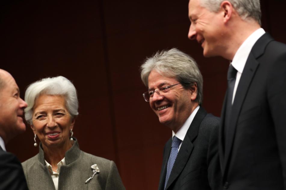 Bruno Le Maire (r.), Finanzminister von Frankreich, spricht mit Olaf Scholz (SPD, l.), Finanzminister von Deutschland, neben Christine Lagarde (2.v.l.), Präsidentin der Europäischen Zentralbank, und Paolo Gentiloni (2.v.r.), Europäischer Wirtschaftskommissar, während eines Treffens der Finanzminister der Europäischen Union (Archivbild).