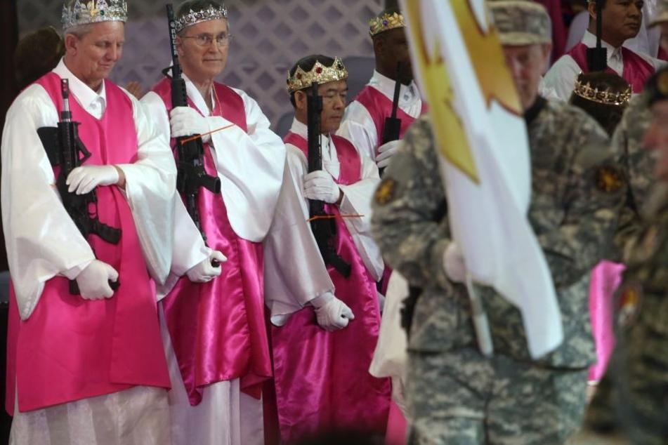 Warum tragen Priester in der Kirche Gewehre?