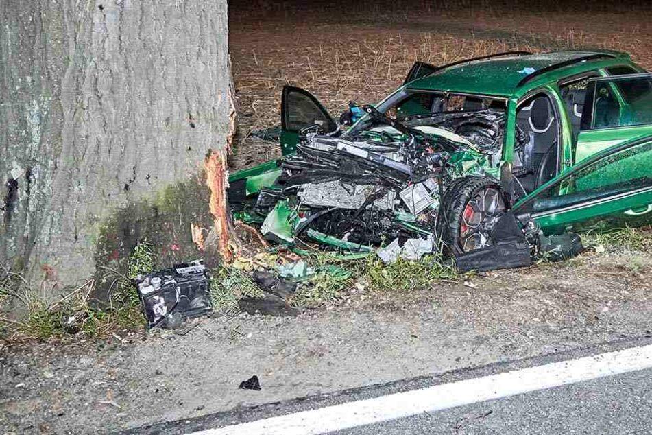 Der grüne Skoda hatte sich in einen Baum gebohrt und war dabei völlig zerstört worden.