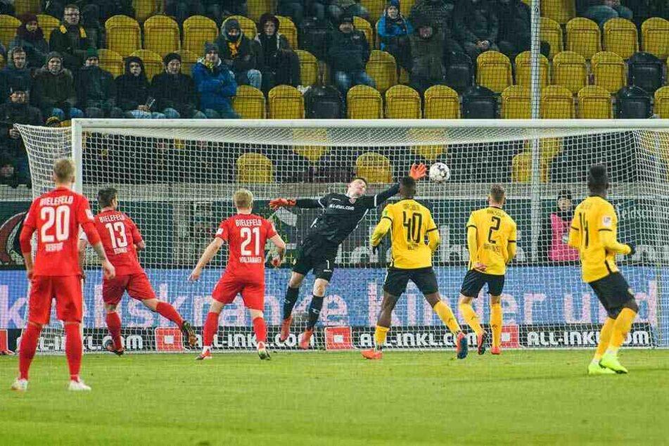 Die Entscheidung: Julian Börner (2.v.l./Nr. 13) hat geköpft, der Ball segelt zum 3:4 ins Dresdner Tor, in dem auch Markus Schubert nichts mehr retten kann.