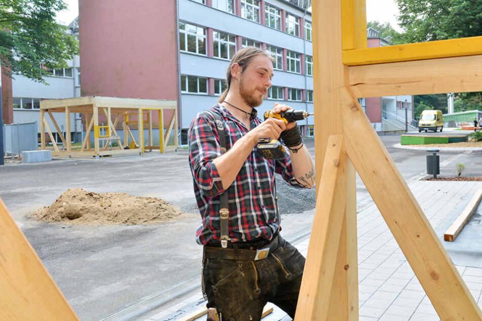 Zimmermeister Maximilian Lamß (29) baut an der 59. Grundschule am Gerätehaus.