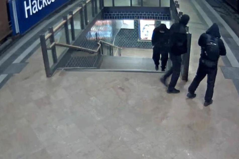 Die drei Verdächtigen wurden in der Tatnacht auf dem S-Bahnhof Hackeschen Markt gefilmt.