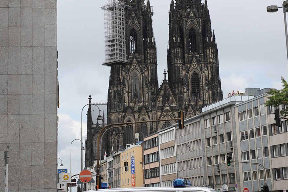 In der vergangenen Nacht kam es in Köln zu gewalttätigen Auseinandersetzungen, bei denen Männer mit Äxten aufeinander losgingen. Zudem fielen Schüsse.