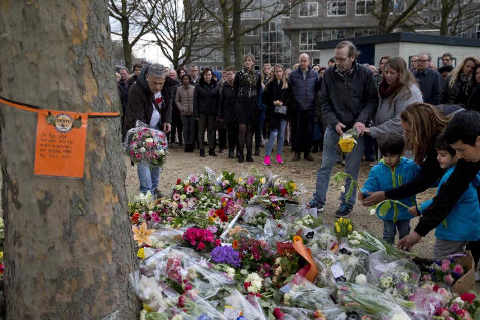 Trauernde legen Blumen an einem provisorischen Denkmal in der Nähe des Ortes nieder, an dem am 18.03.2019 drei Menschen in einer Straßenbahn getötet wurden.