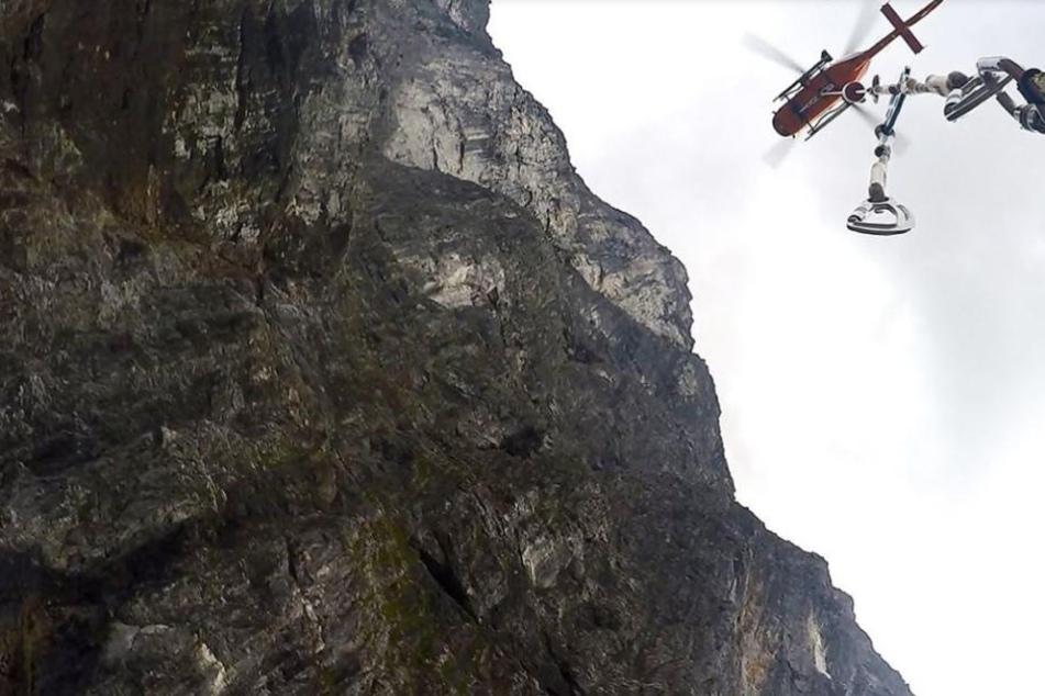 Rettungskräfte konnten die Frau mit der Hilfe von Seilen aus ihrer misslichen Lage befreien. (Symbolbild)