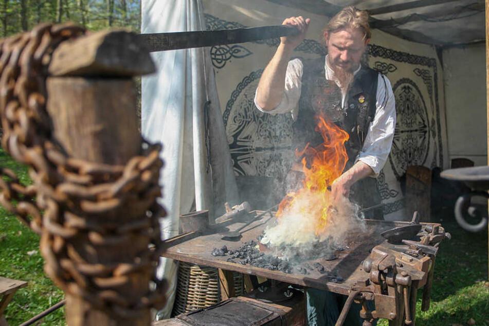 Metallverarbeitung alter Schule: Der Schmied Jakub Jezclik (33) zeigt Besuchern gerade, wie er Nägel herstellt.