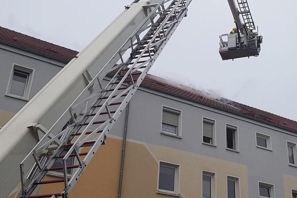 Dachstuhl fängt Feuer, alle Bewohner müssen evakuiert werden