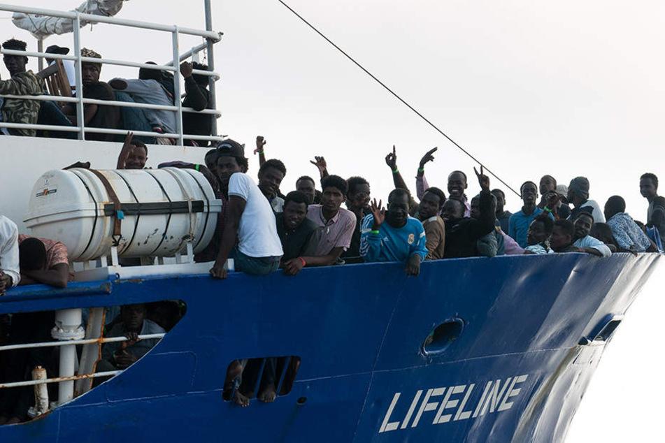 """Nach tagelanger Irrfahrt auf dem Mittelmeer haben die Flüchtlinge und die Besatzung der """"Lifeline"""" bald wieder festen Boden unter den Füßen."""