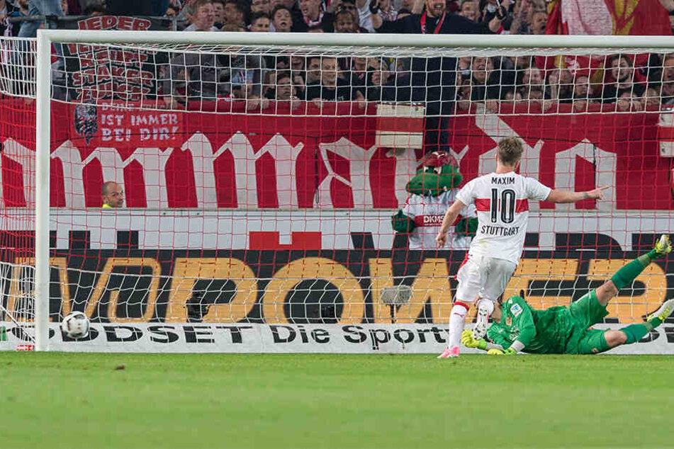 Stuttgarts Simon Terodde erzielt das Tor zum 2:0 gegen Berlins Torhueter Daniel Mesenhoeler.