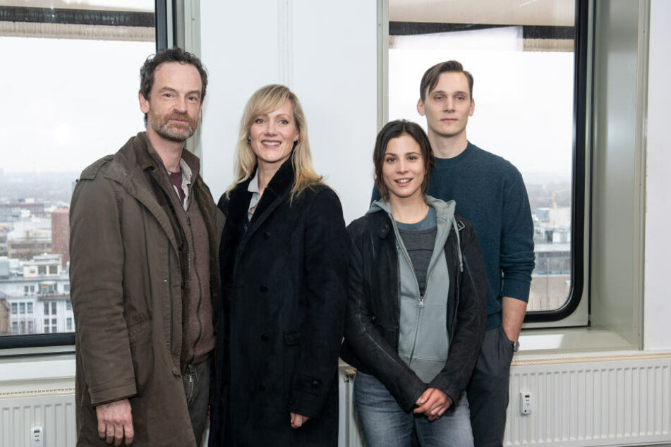 Die Schauspieler Jörg Hartmann (l-r) als Peter Faber, Anna Schudt als Martina Bönisch, Aylin Tezel als Nora Dalay, und Rick Okon als Jan Pawlak während der Dreharbeiten zu einem neuen Tatort.