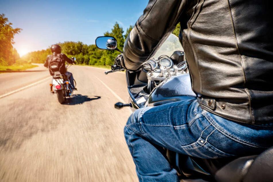 Der nachfolgende Motorradfahrer konnte nicht mehr ausweichen und überfuhr die gestürzte 16-Jährige. (Symbolbild)