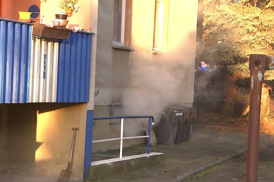 Brandstiftung? Notunterkunft für Obdachlose steht in Flammen, zwei Personen verletzt