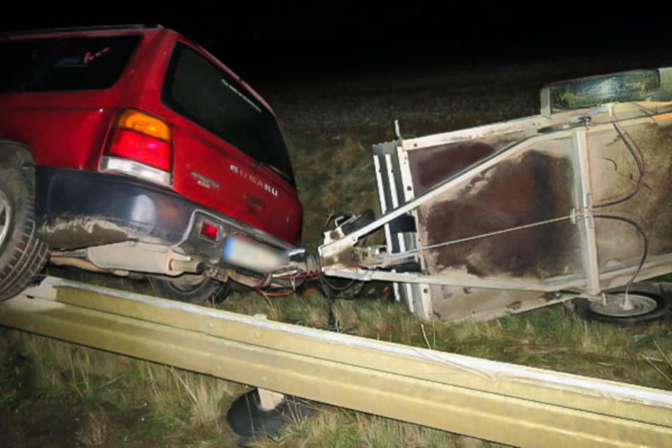 Das Auto fuhr auf eine Leitplanke auf und kippte um.