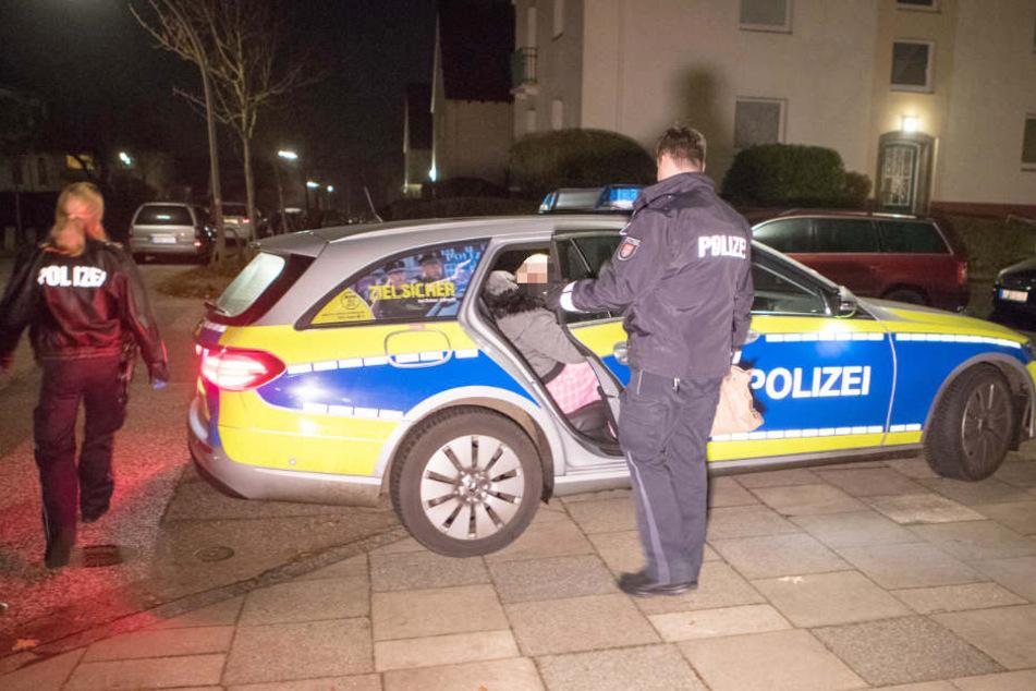 Die Polizei nimmt eine Tatverdächtige fest und bringt sie aufs Revier.