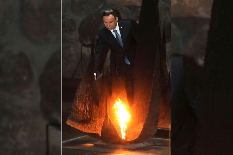 """Im Januar 2017 zündete Polens Präsident Andrzej Duda in der Halle der Erinnerung am """"Yad Vashem""""-Holocaust-Denkmal in Jerusalem (Israel) eine Kerze an."""