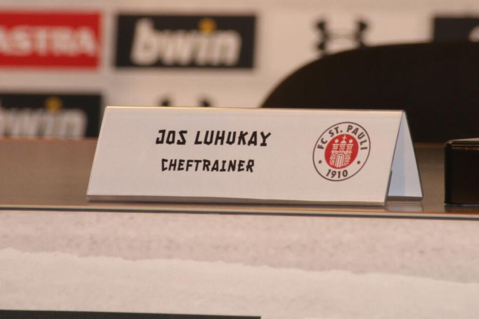 Das Namensschild zeigt die neue Position von Jos Luhukay im Verein.