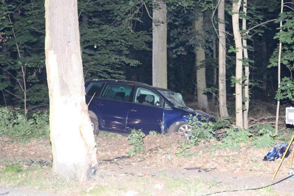 Ein Mann kam auf der Friederikenstraße plötzlich von der Fahrbahn ab und raste gegen einen Baum.