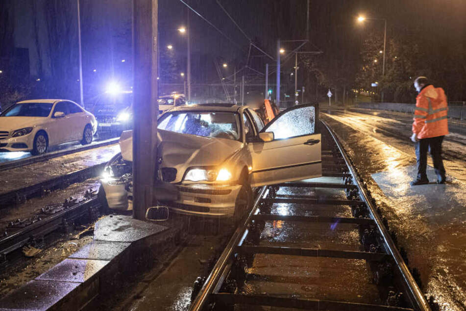 Der BMW-Fahrer prallt gegen einen Pfosten.